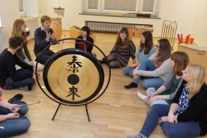 Rhythmikunterricht in der ErzieherInnen-Ausbildung